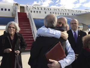 Δεκέμβριος 2014: Η Κούβα απελευθερώνει τον Alan Gross, 65 ετών, που φυλακίστηκε στην Κούβα για πέντε χρόνια. Η Κούβα καταδίκασε τον εργολάβο της αμερικανικής Υπηρεσίας Διεθνούς Ανάπτυξης σε 15 χρόνια φυλάκισης, κατηγορώντας τον ότι εισάγει απαγορευμένη τε