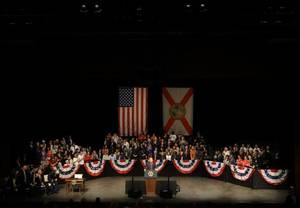 16 Ιουνίου 2017: Ο πρόεδρος Ντόναλντ Τραμπ αρχίζει την αποδόμηση της «τρομερά λανθασμένης», όπως την χαρακτήρισε, συμφωνίας του προκατόχου του, Μπαράκ Ομπάμα με την Κούβα. Ορίζει αυστηρότερους περιορισμούς στα ταξίδια των Αμερικανών στο νησί και βάζει «φρ