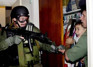 Νοέμβριος 1999: Το σκάφος που μεταφέρει από την Κούβα στις ΗΠΑ τον μικρό Elian Gonzalez, την μητέρα του και τον σύντροφό της ναυαγεί. Το παιδί διασώζεται και ξεσπά μάχη για την κηδεμονία του μεταξύ συγγενών του στην Αμερική και του πατέρα του, που διαμένε
