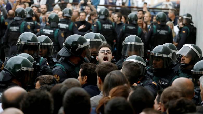 Καταλονία: Εκατοντάδες τραυματίες και πρωτοφανής βία στον «αγώνα» για την ανεξαρτησία