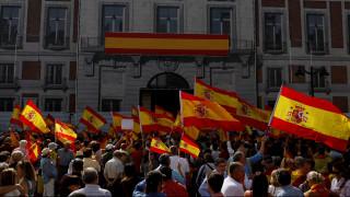 Καταλανοί αστυνομικοί ξεσπούν σε λυγμούς προστατεύοντας διαδηλωτές (vid)