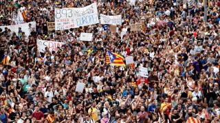 Οι Καταλανοί «πλημμύρισαν» τους δρόμους απαντώντας στην ωμή αστυνομική βία