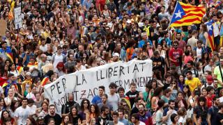Χιλιάδες Καταλανοί «πλημμύρισαν» τους δρόμους κατά της αστυνομικής βίας (pics&vids)