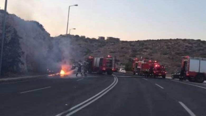 Στις φλόγες τυλίχθηκε αυτοκίνητο στη Βάρκιζα (vid)