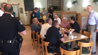 Αστυνομικοί στις ΗΠΑ μια μέρα το χρόνο συζητούν με πολίτες πίνοντας καφέ (pics)