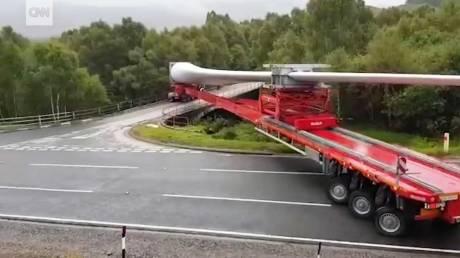 Πώς στρίβεις με φορτηγό 90 μοίρες μεταφέροντας ανεμογεννήτρια