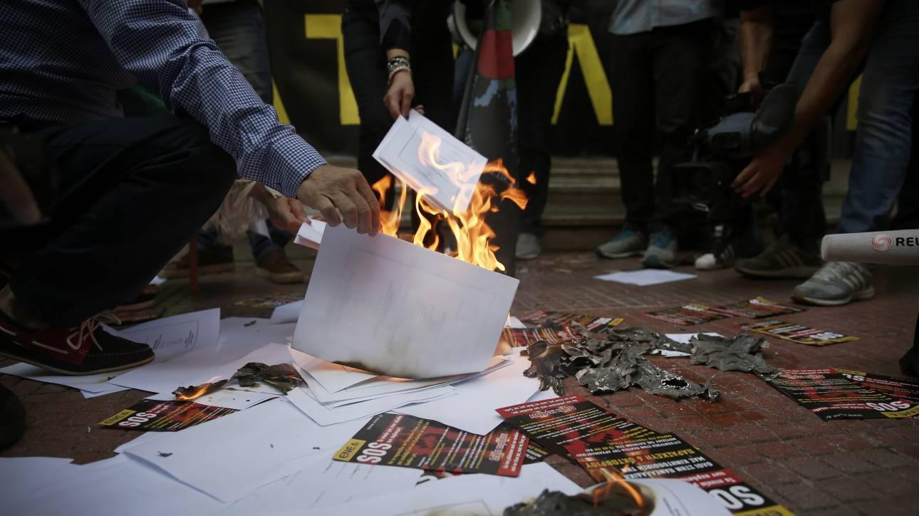 Οι νοσηλευτές έκαψαν τα πτυχία τους έξω από το υπουργείο Υγείας (pics)