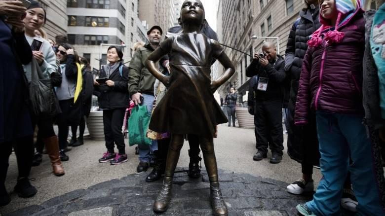 Το «ατρόμητο κορίτσι» χρηματοδοτήθηκε από εταιρία που προωθούσε τη μισθολογική ανισότητα (Vid)
