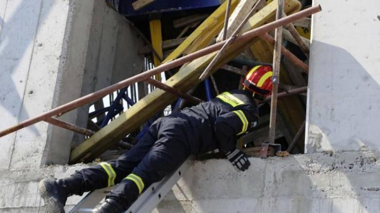 Κατέρρευσε κτίριο στην περιοχή του Πειραιά - Έρευνες για εγκλωβισμένους