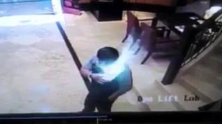 Smartphone εκρήγνυται στην τσέπη ενός άντρα (vid)
