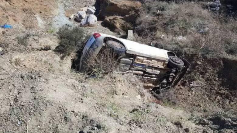 Φάρσαλα: Έπεσε με το αυτοκίνητο σε γκρεμό και σώθηκε (pics)