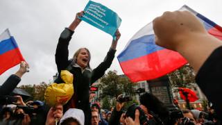 Συγκρατημένοι οι Ρώσοι αστυνομικοί στις διαδηλώσεις που έγιναν την ημέρα γενεθλίων του Πούτιν