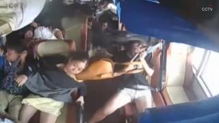 Κίνα: Χάος σε λεωφορείο που εμβολίζεται από Ι.Χ