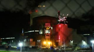 Γαλλία: Ακτιβιστές της Greenpeace άναψαν πυροτεχνήματα σε πυρηνικό σταθμό