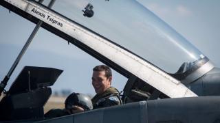 Το χιουμοριστικό βίντεο της ΚΝΕ για την πτήση Τσίπρα: «Τράβα μαλλί, ανεβαίνουμε»