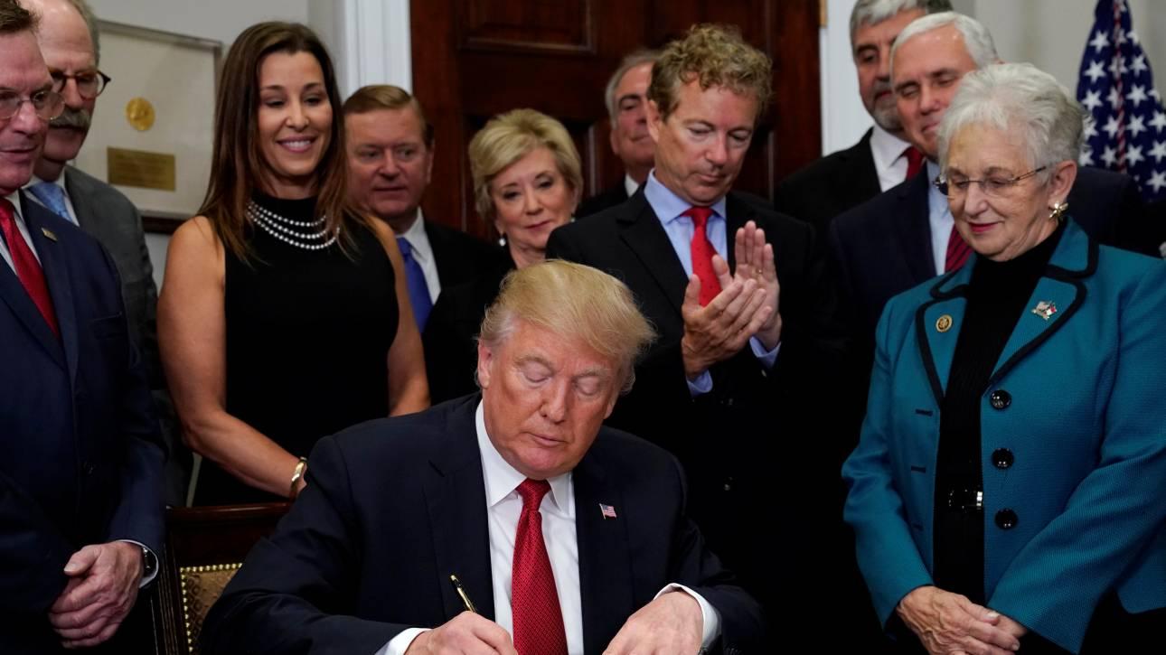 Με εκτελεστικό διάταγμα επιχειρεί να ανατρέψει το Obamacare ο Τραμπ