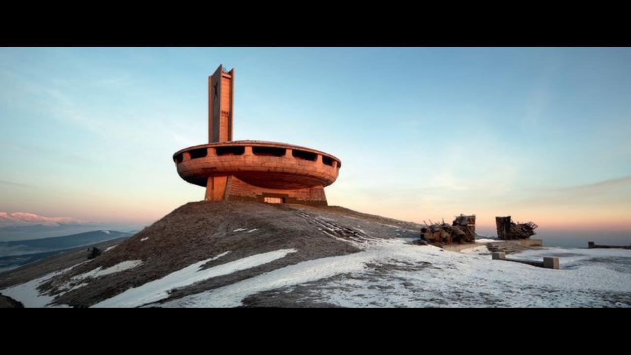 Buzludzha, Βουλγαρία- Μνημείο που ανεγέρθηκε  το 1981 από το Βουλγαρικό Κομμουνιστικό Κόμμα και που τώρα είναι σε «αποσύνθεση». Για να έχει κάποιος πρόσβαση στην περιοχή που αυτό βρίσκεται, τον χειμώνα πρέπει να χρησιμοποιήσει snow scooters, καθώς ακόμα