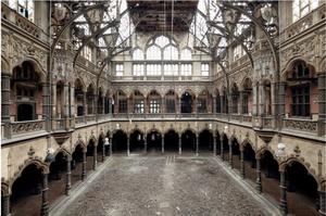 Χρηματιστήριο Αμβέρσας, Βέλγιο- Το κτίριο χτίστηκε το 1531, όταν η Αμβέρσα ήταν κυρίαρχο εμπορικό και πολιτιστικό κέντρο της Ευρώπης. Μετά από μία πυρκαγιά καταστράφηκε σχεδόν στο σύνολό του, και ανακατασκευάστηκε στην τωρινή μορφή του το 1872. Έπειτα απ