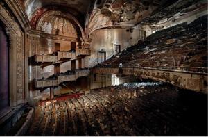 Θέατρο Adam's, Νιου Τζέρσεϊ- Αυτό το θέατρο 2000 θέσεων άνοιξε για πρώτη φορά το 1912, μετά έκλεισε το 1986 και παραμένει αχρησιμοποίητο από τότε. Ο Van Rensbergen γράφει πως το να βγάλει αυτή τη φωτογραφία δεν ήταν εύκολο «Ήταν αδύνατο να το κάνουμε διακ