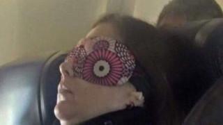 Η επιβάτης αεροπλάνου που έγινε… viral (pic)