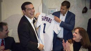 Φανέλα των Chicago Cubs με το όνομά του έλαβε ο Πρωθυπουργός