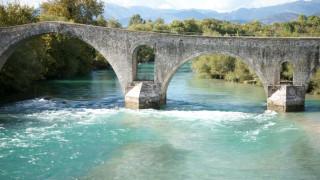 «Θωρακίστηκε» το ιστορικό γεφύρι της Άρτας