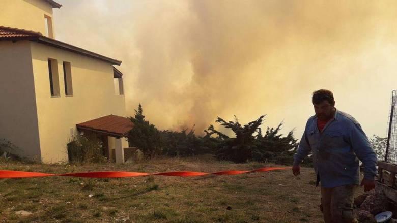 Πύρινη κόλαση στο Καρπενήσι - Στις αυλές των σπιτιών έφτασαν οι φλόγες (pics&vid)
