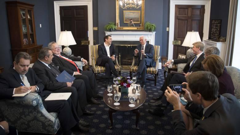 Θετικό το κλίμα στη συνάντηση Τσίπρα - Πενς στον Λευκό Οίκο