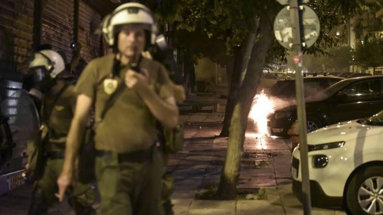 Επιθέσεις κουκουλοφόρων με μολότοφ εναντίον διμοιριών των ΜΑΤ στο Πολυτεχνείο