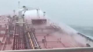 Η μάχη ενός τάνκερ με τεράστια κύματα στην Ιρλανδία (vid)