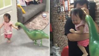 Ταϊβάν: Η μικρή που φοβάται ένα δεινόσαυρο - μπαλόνι και γίνεται viral (vid)