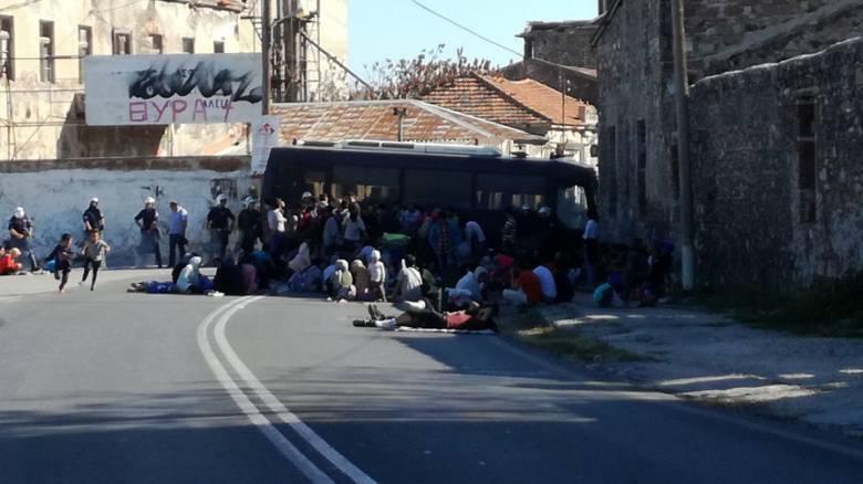 Μόρια: Καθιστική διαμαρτυρία προσφύγων μπροστά σε κλούβες των ΜΑΤ και πορεία στην πόλη