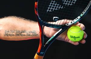 """Ο Ελβετός παίκτης του τένις, Stan Wawrinka φαίνεται να είναι λάτρης της λογοτεχνίας καθώς στο χέρι του αναγράφεται η φράση του Samuel Beckett """"Ever tried. Ever failed. No matter, try again. Fail again. Fail better""""."""