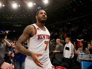 Ο Carmelo Anthony είναι ένας από τους πολλούς αθλητές με τατουάζ μανίκι. Παρόλα αυτά, το δεξί του χέρι έχει αφιερώσει στο πάθος του για το μπάσκετ και βλέπουμε μία φλεγόμενη μπάλα με τα αρχικά του ονόματός του.