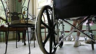 Μία στις πέντε γυναίκες κι ένας στους έξι άνδρες με αναπηρία και σοβαρή κινητική δυσκολία