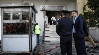 Με «καρφιά» κατά Τσίπρα η επίσκεψη Μητσοτάκη στο «βομβαρδισμένο» Α.Τ. της Πεύκης (pics)