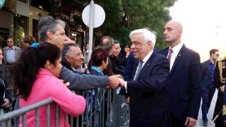 Έσπασε το πρωτόκολλο ο Παυλόπουλος: Χειραψίες και συνομιλίες με Θεσσαλονικείς