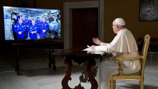 Ο Πάπας συνομίλησε με αστροναύτες: Οι φιλοσοφικές του αναζητήσεις και η ερώτηση για το σύμπαν (pics)