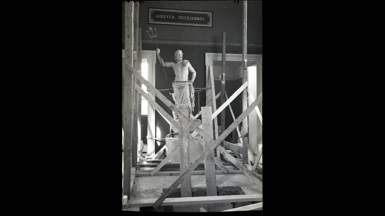 Εθνικό Αρχαιολογικό Μουσείο 1940-1941. Το μαρμάρινο άγαλμα Ποσειδώνα, των χρόνων 125-100 π.Χ. από τη Μήλο, λίγο πριν από την απόκρυψή του. Ψηφιοποιημένο αρνητικό νιτρικής κυτταρίνης