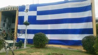 Μια τεράστια γαλανόλευκη καλύπτει το δημαρχείο Ελληνικού-Αργυρούπολης