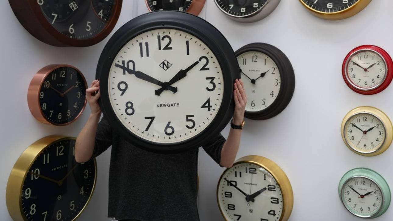 Αλλαγή ώρας: Οι δείκτες των ρολογιών γύρισαν τα ξημερώματα μία ώρα πίσω