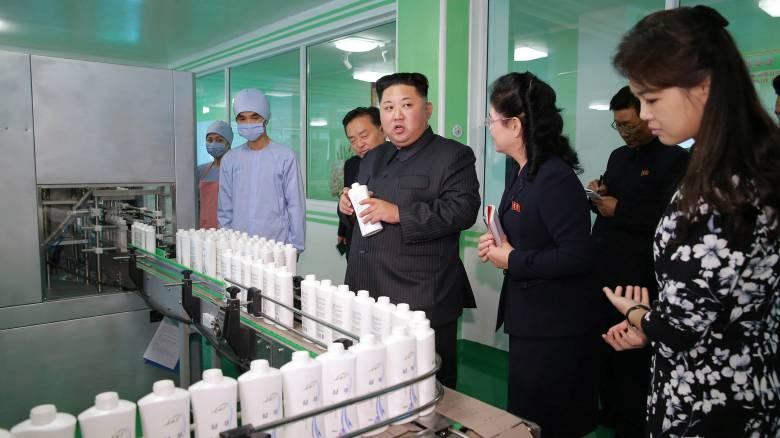 Ο Κιμ και η σύζυγός του σε μια σπάνια δημόσια εμφάνιση σε εργοστάσιο καλλυντικών (pics)
