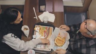Κοινωνικό πείραμα: Πώς ένα burger αποδείχτηκε σημαντικότερο από ένα θύμα bullying