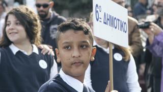 Το υπουργείο Παιδείας διέταξε έρευνα για τις συνθήκες που ο 11χρονος Αμίρ δεν κράτησε τη σημαία