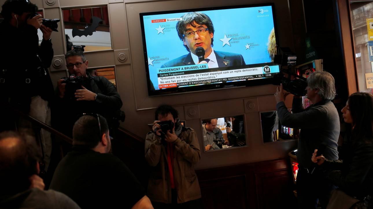 Καταλονία: Παραμένει στις Βρυξέλλες μέχρι να λάβει εγγυήσεις δίκαιης δίκης ο Πουτζντεμόν