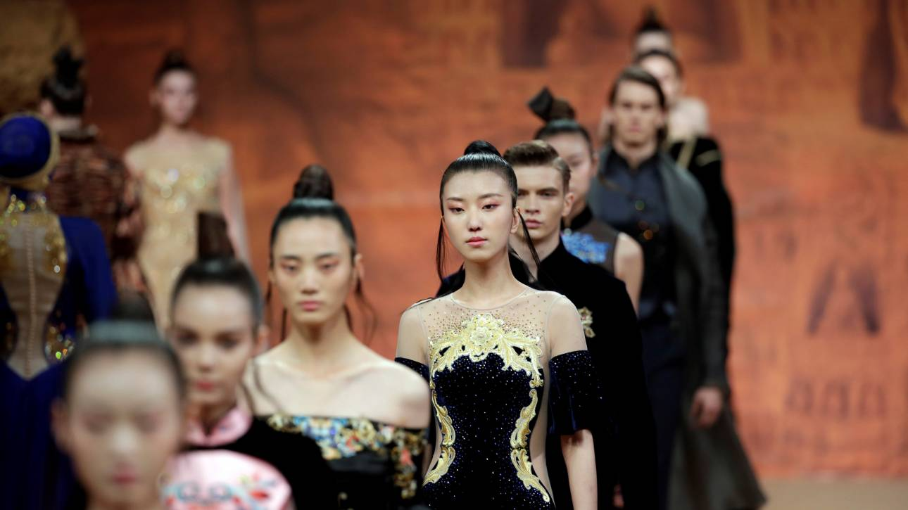 Κίνα: Φοιτητές δημιουργούν ένα μοναδικό φόρεμα...από 6.000 φύλλα!