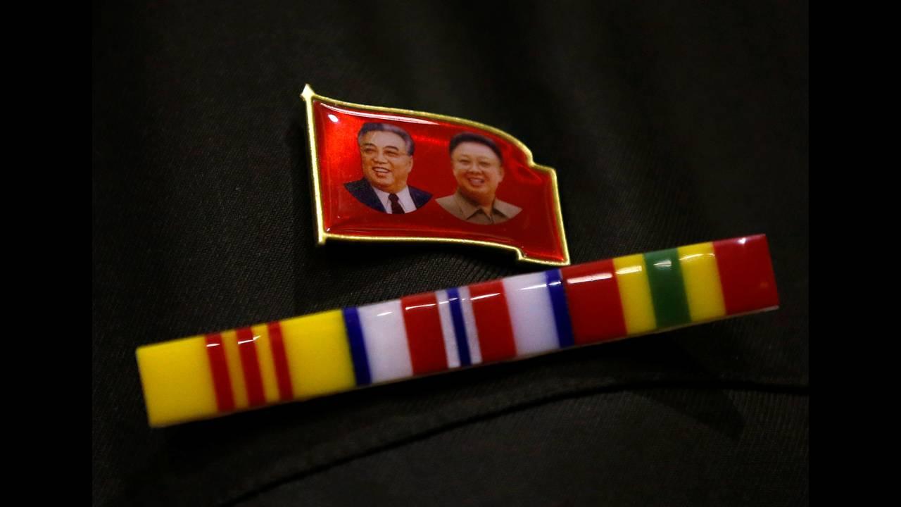 Καρφίτσα με τον Κιμ ιλ Σουνγκ και τον Κιμ Γιονγκ Ιλ.