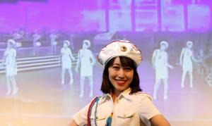 Η Τσουντσουν, πρόεδρος του φαν κλαμπ, χορεύει κατά τη διάρκεια εκδήλωσης.