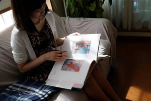 Ξεφυλλίζοντας το άλμπουμ με φωτογραφίες της Βόρειας Κορέας.