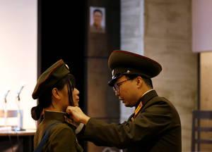Τα μέλη του φαν κλαμπ φορούν στολές του Βορειοκορεατικού στρατού.